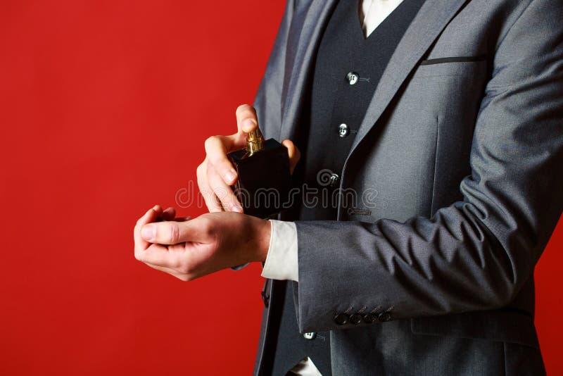 人香水,芬芳 男性香水 香水或科隆香水瓶 男性芬芳和香料厂,化妆用品 博若莱红葡萄酒 免版税库存照片