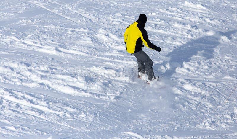 人雪板运动在雪的一座山在冬天 库存图片
