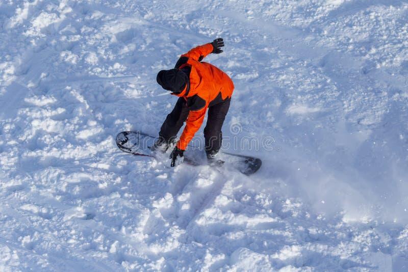人雪板运动在雪的一座山在冬天 免版税库存照片