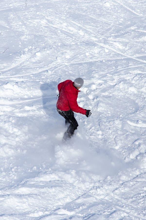 人雪板运动在雪的一座山在冬天 库存照片