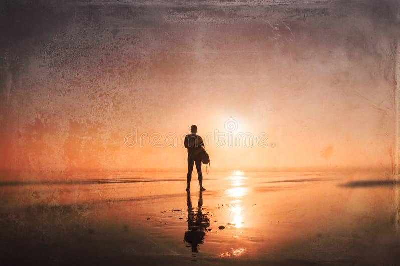 人holdinga冲浪板,现出轮廓在日落 Sunton,德文郡,英国 向量例证