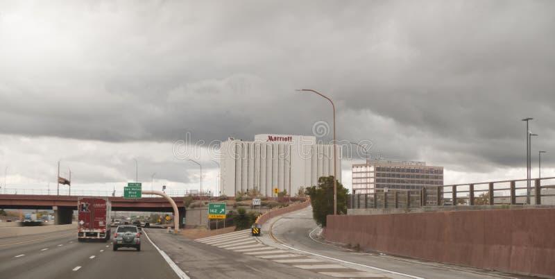 亚伯科基,新墨西哥,I-40跨境与商业大厦 库存照片