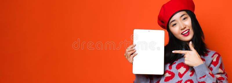 亚洲女孩用途技术的垫在家,概念,工作,互联网等 免版税库存图片