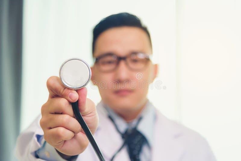 亚洲医生使用一个听诊器检查病症 库存照片