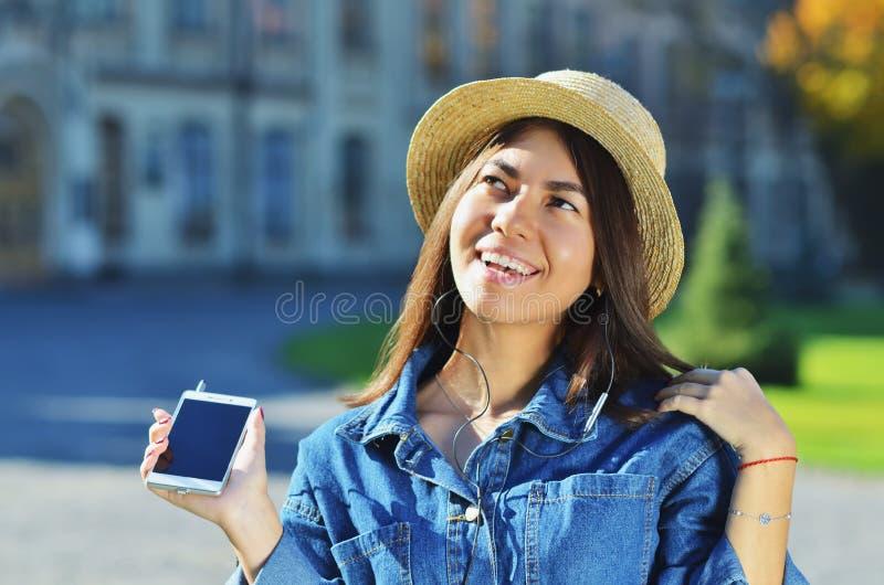 亚洲出现的少女享有生活并且听到音乐 免版税库存图片