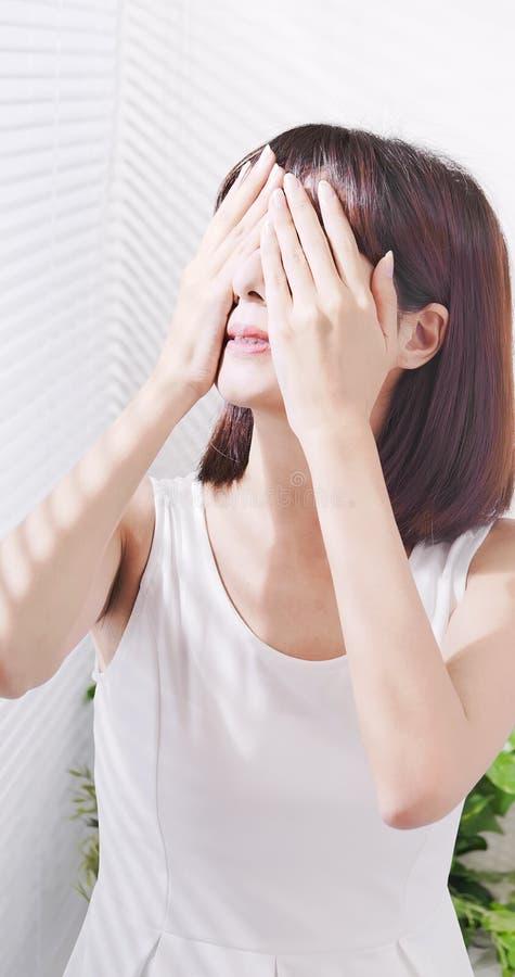 亚裔妇女害怕晒黑 免版税图库摄影
