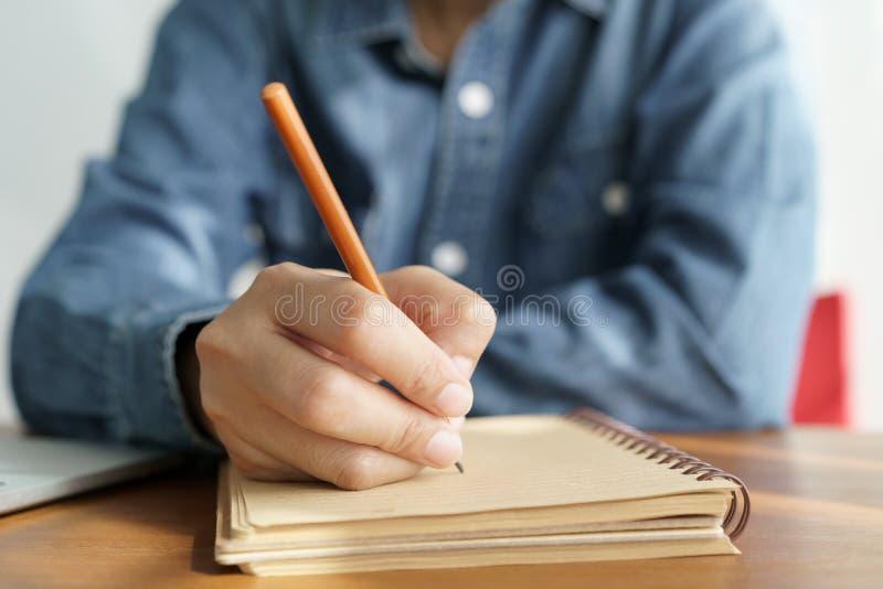 亚裔妇女在办公室采取与一支铅笔的笔记,女商人工作 图库摄影