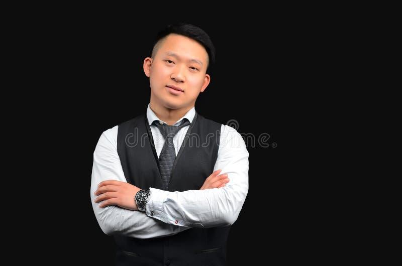 亚裔年轻人在黑背景站立 库存图片