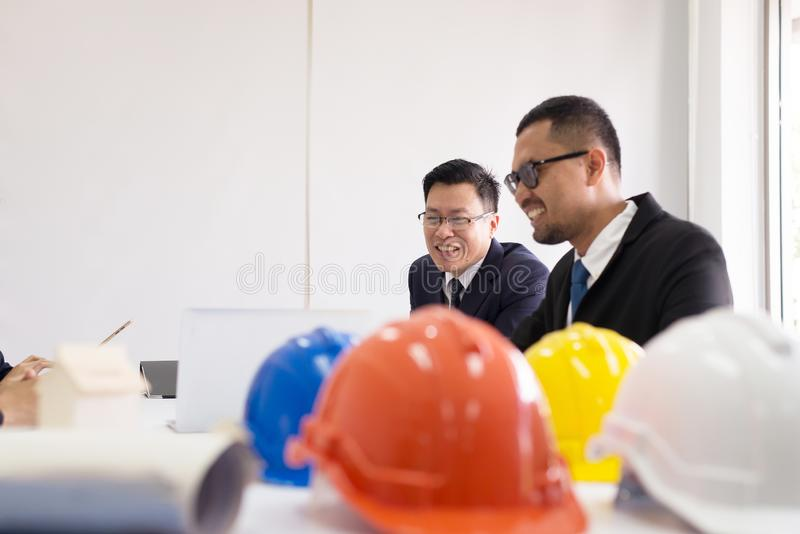 亚裔建筑师人人民在室会议,队小组一起谈论在会议在办公室 免版税图库摄影