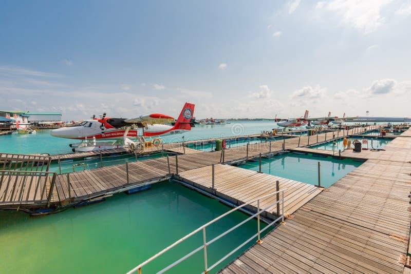 05 06 2018 - 亚里环礁,马尔代夫:与水上飞机的异乎寻常的场面在马尔代夫海着陆 假期或假日在马尔代夫概念 免版税库存照片