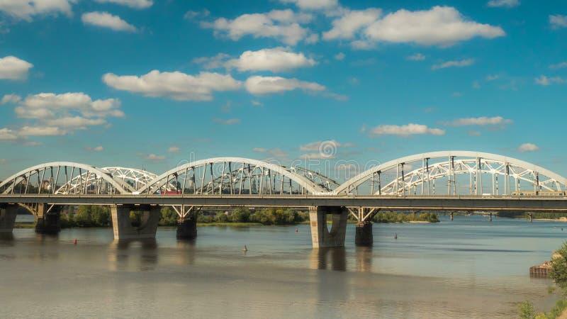 云彩的运动在桥梁的汽车和火车,时间间隔4k静止 库存照片