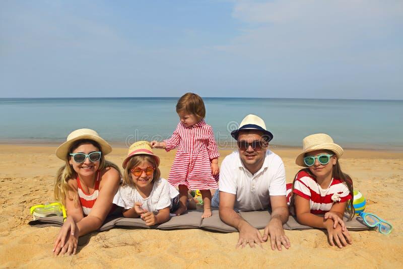 五口之家在海滩 免版税库存图片