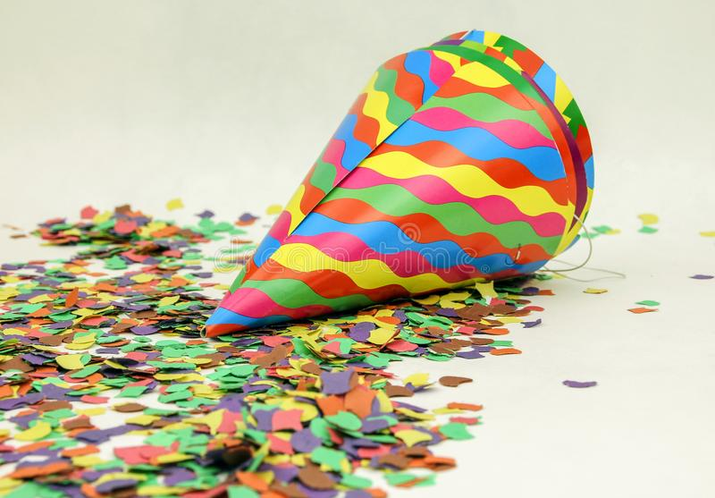 五彩纸屑和五颜六色的帽子 免版税库存照片