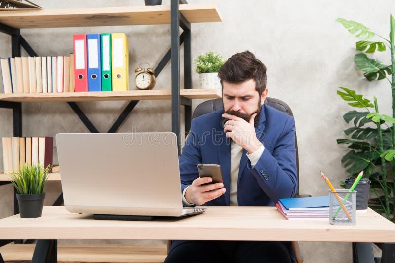 互联网冲浪 人有胡子的上司经理坐有膝上型计算机的办公室 解决业务问题的经理 商人 库存图片