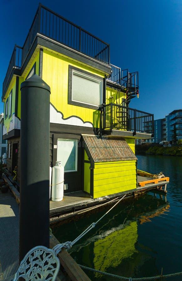 五颜六色的浮动家在港口 经济生活在过度拥挤的城市 免版税图库摄影