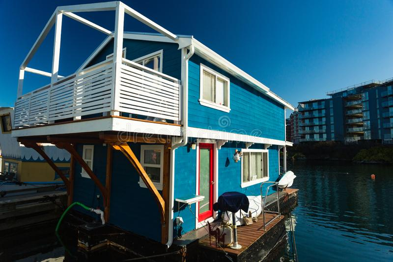 五颜六色的浮动家在港口 经济生活在过度拥挤的城市 免版税库存照片