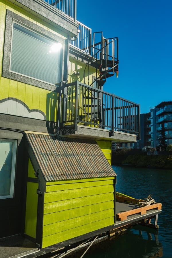 五颜六色的浮动家在港口 经济生活在过度拥挤的城市 库存图片