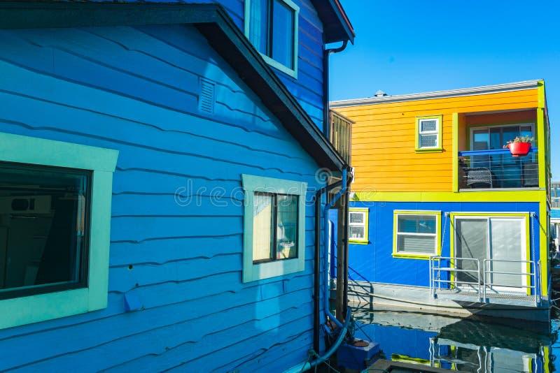 五颜六色的浮动家在港口 经济生活在过度拥挤的城市 图库摄影