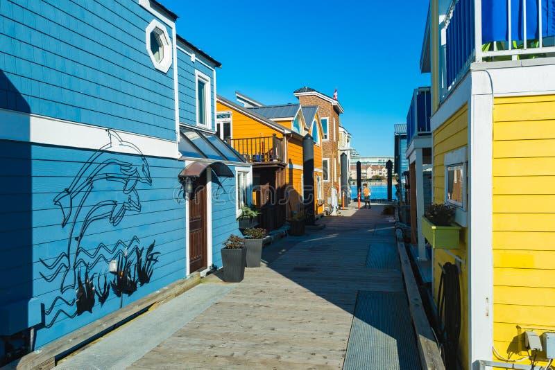 五颜六色的浮动家在港口 经济生活在过度拥挤的城市 库存照片