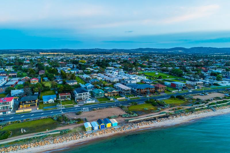 五颜六色的海滩箱子和豪华房子莫宁顿半岛的 免版税库存照片