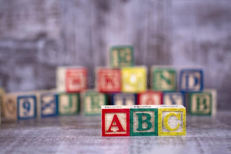 五颜六色的木字母表;a,b,c写道 教育概念照片 图库摄影