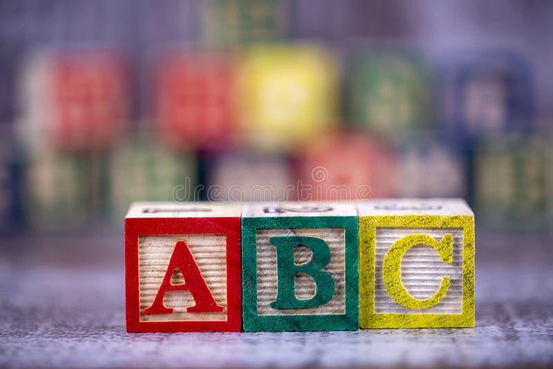 五颜六色的木字母表;a,b,c写道 教育概念照片 库存照片
