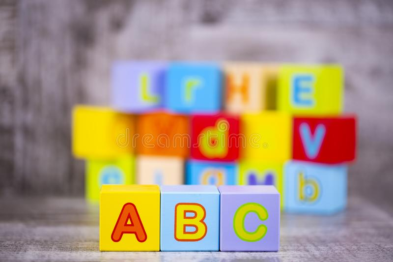 五颜六色的木字母表;a,b,c写道 教育概念照片 库存图片