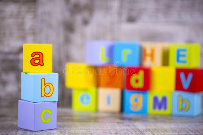 五颜六色的木字母表;a,b,c写道 教育概念照片 免版税库存照片
