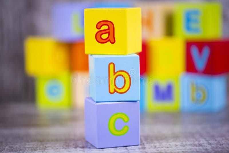 五颜六色的木字母表;a,b,c写道 教育概念照片 免版税库存图片
