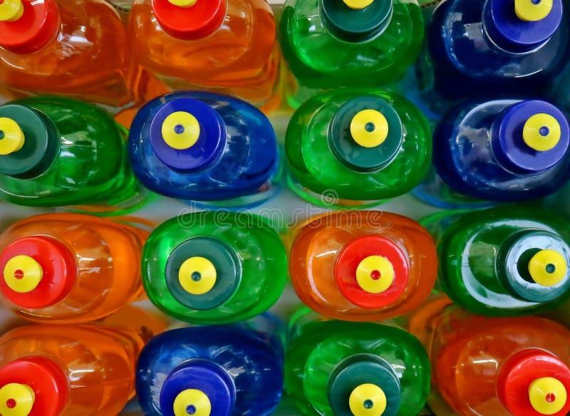五颜六色的洗碗盘行为肥皂瓶顶视图在超级市场架子的 免版税库存图片