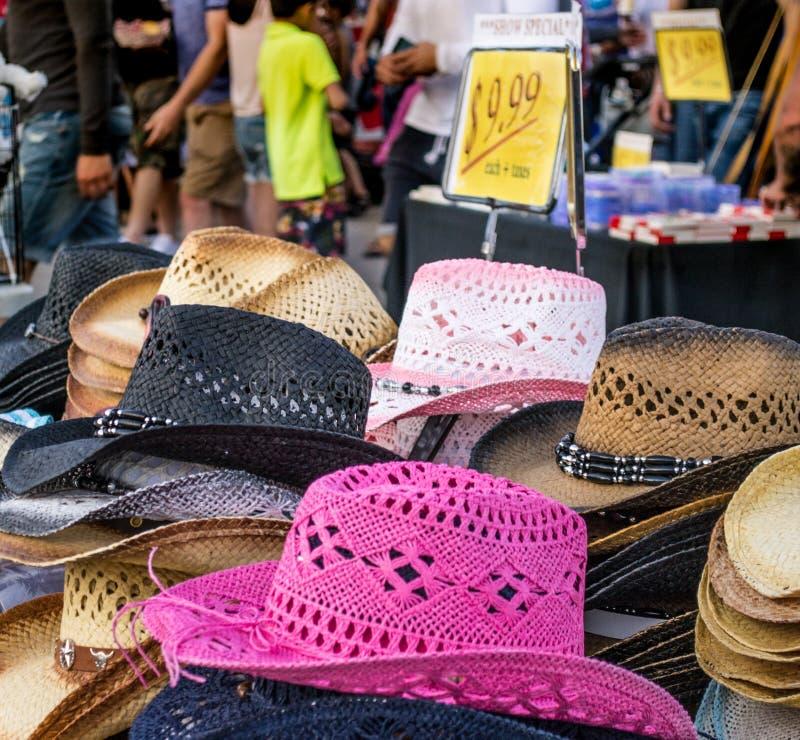 五颜六色的草帽在秋天市场的待售 免版税库存照片