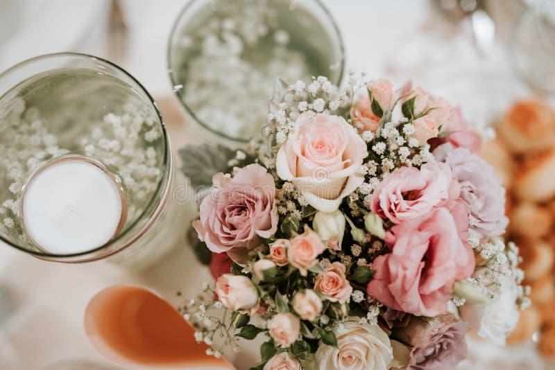 五颜六色的花婚礼焦点装饰 库存照片