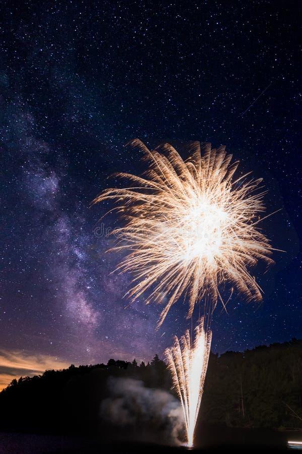 令人惊讶的烟花在湖约瑟夫,安大略显示,与可看见上面的银河 免版税库存照片