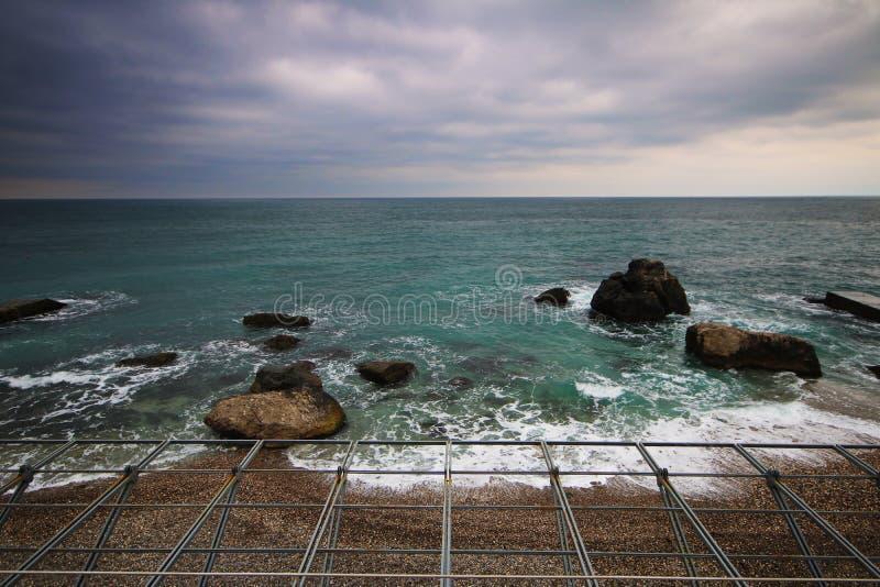 令人惊讶的风雨如磐的海视图 免版税库存照片