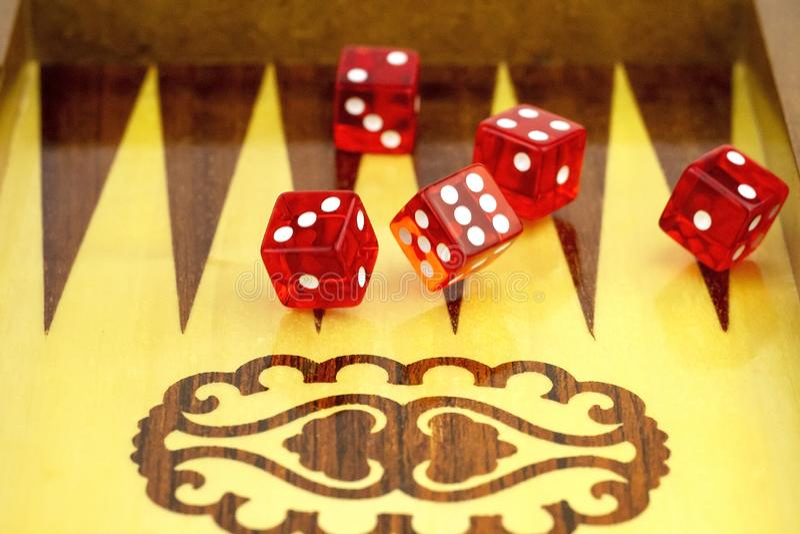 以一个委员会为背景的红色立方体切成小方块的 免版税库存照片