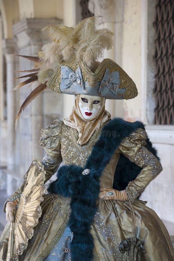 以绿色和蓝色威尼斯式服装和威尼斯式面具威尼斯狂欢节的人打扮的威尼斯意大利 库存图片