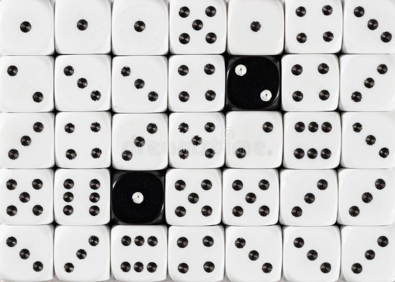 任意被定购的白色背景切成小方块与两个黑立方体 免版税库存图片