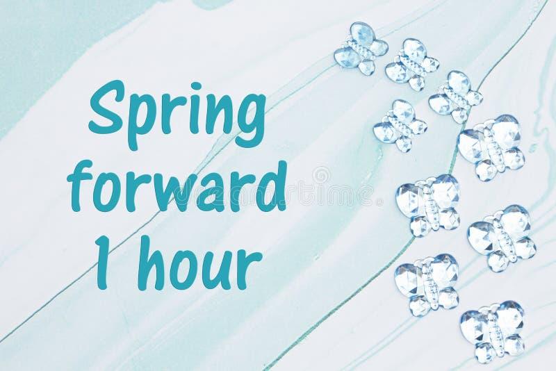 今后春天与蓝色玻璃蝴蝶的1个小时消息在蓝色水彩纸 皇族释放例证