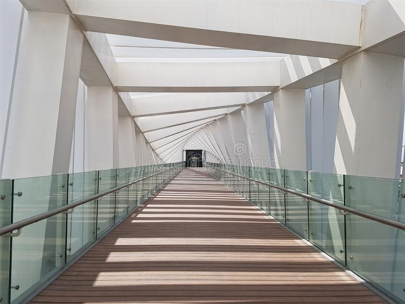 从一个人行桥里边的看法与一个非常详细的设计一个扭转的结构 免版税库存照片