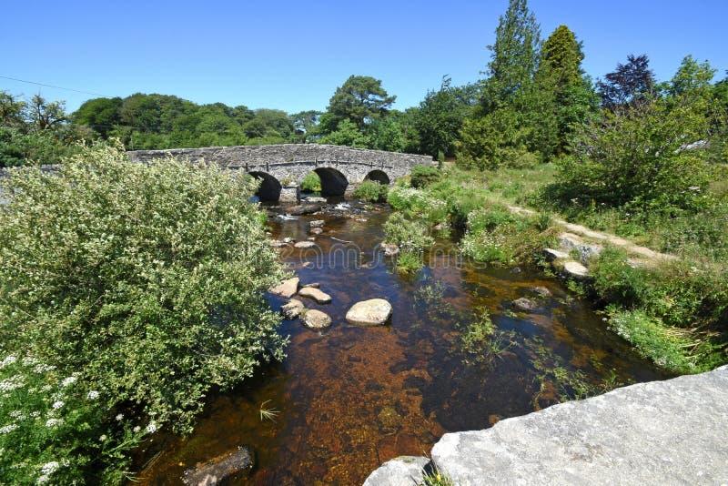 从一座古老石拍板桥梁的看法,达特穆尔,英国 库存照片