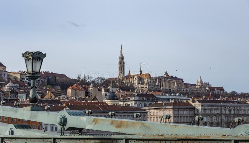 从塞切尼塞切尼链桥的看法渔夫的本营的在布达佩斯,匈牙利 库存图片