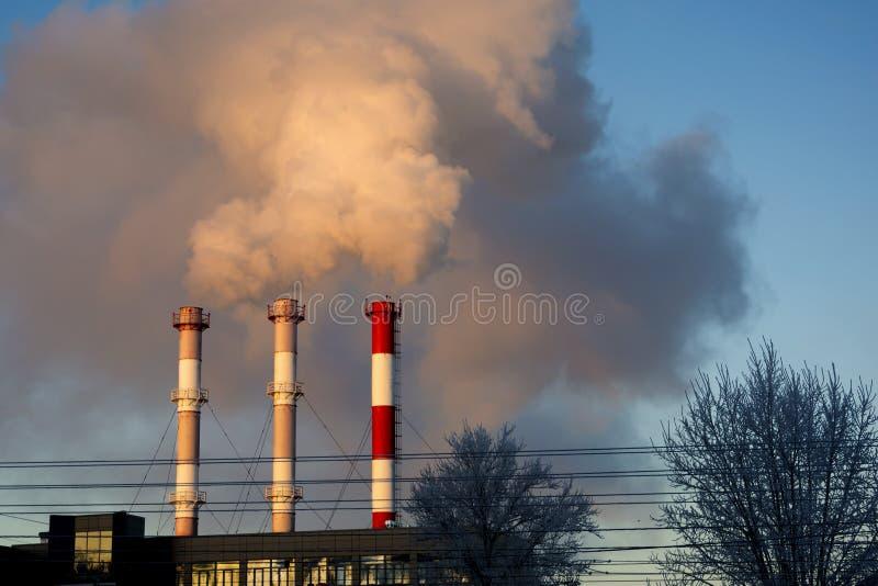 从工业烟囱的烟反对天空蔚蓝 免版税图库摄影