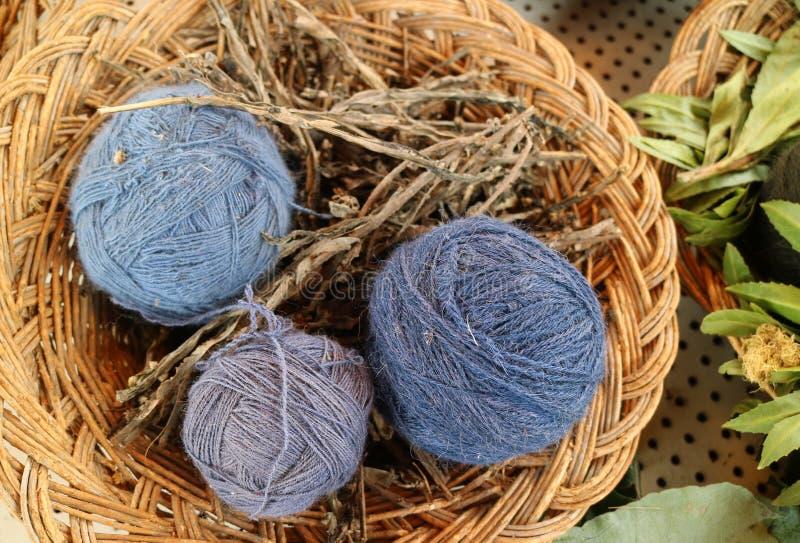 从地方植物毛纱球自然洗染蓝色秘鲁羊魄篮子在库斯科省,秘鲁在Chinchero,安地斯村庄 图库摄影
