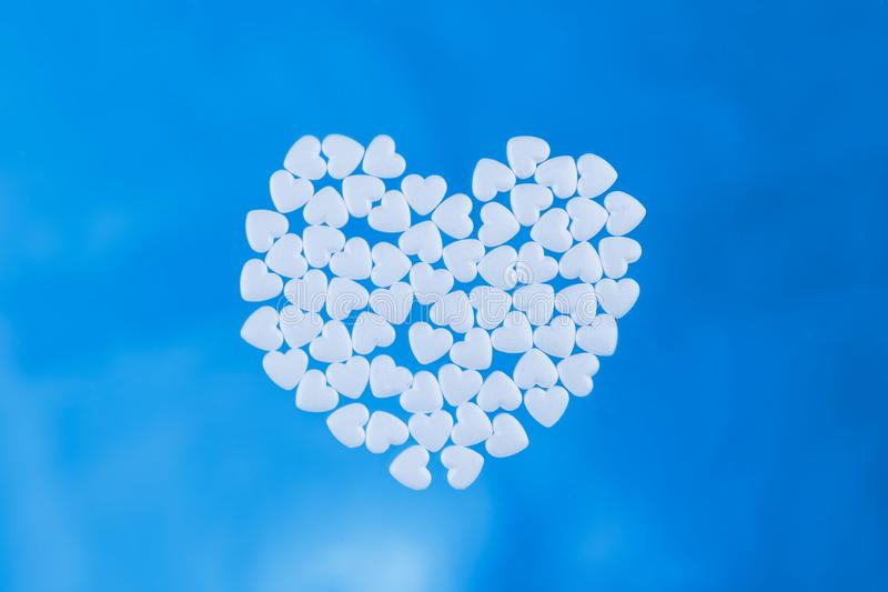 从片剂计划的心脏以在蓝色背景的心脏的形式 库存照片