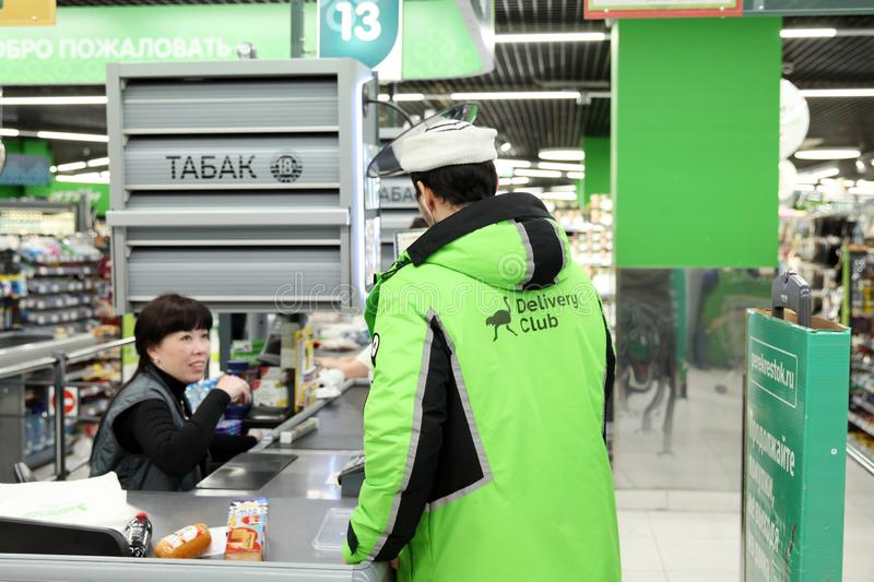 从食物送货服务的人 免版税库存照片