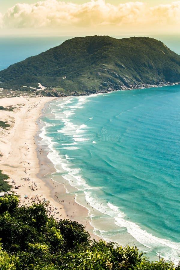从Morro das Aranhas,普腊亚的顶端鸟瞰图做Santinho,Florianà ³ polis,巴西 免版税库存照片