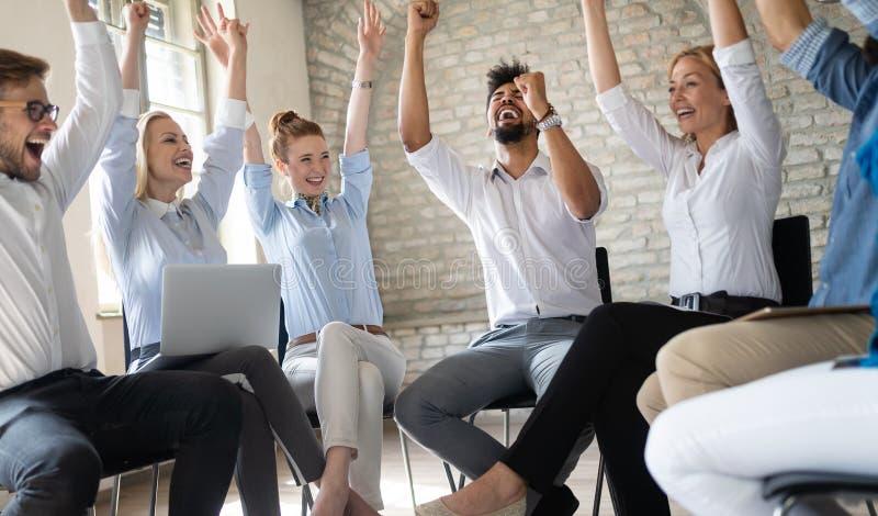 企业、起动、姿态、人和配合概念-愉快的创造性的队在办公室 免版税库存图片