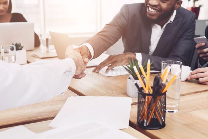 企业合伙企业 握手的人在签署成交以后 免版税库存图片