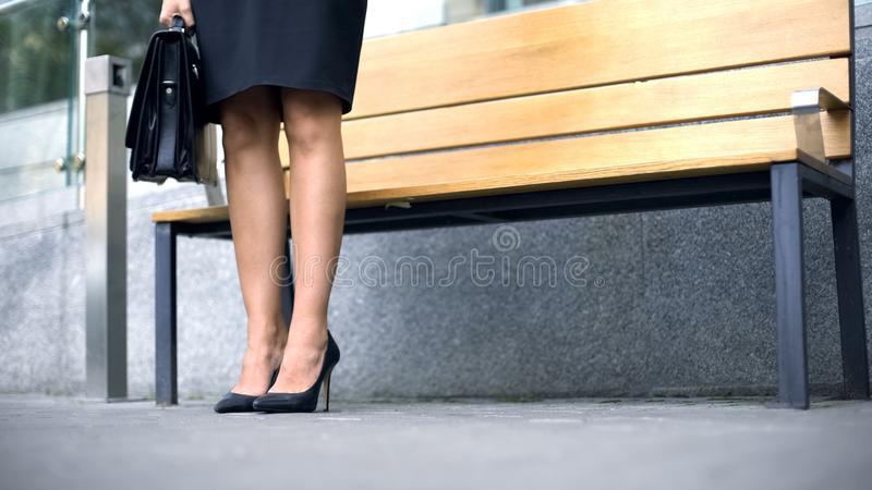 企业在高跟鞋,难受,但是典雅的鞋子,时尚的夫人腿 免版税库存照片