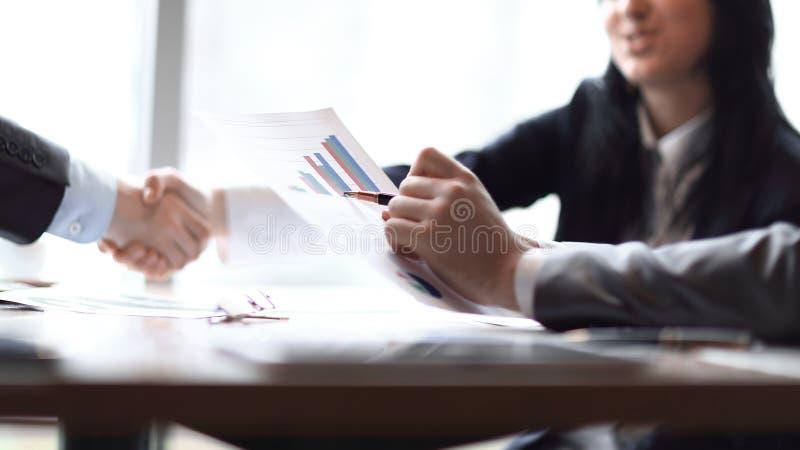 企业握手女商人的图象有商务伙伴的 库存图片